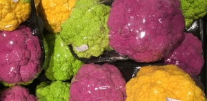 Gekleurde bloemkolen geel, groen en paars met prijs stickertje.