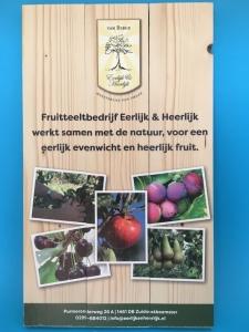 Hout bedrukt of geprint paneel Eerlijk & Heerlijk met de tekst Fruitteeltbedrijf Eerlijk & Heerlijk werkt samen met de natuur voor een eerlijk evenwicht en heerlijk fruit