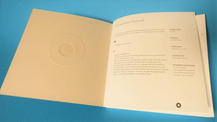 Een softcover boek afgewerkt als Garenloos Hotmelt heeft veel nadelen en slechts 1 voordeel. Laat je goed adviseren voordat je met een producent in zee gaat.