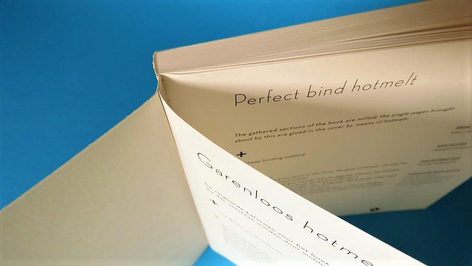 Deze afbeelding laat goed zien hoe een softcover boek dat Garenloos Hotmelt is afgewerkt er in de rug uitziet.