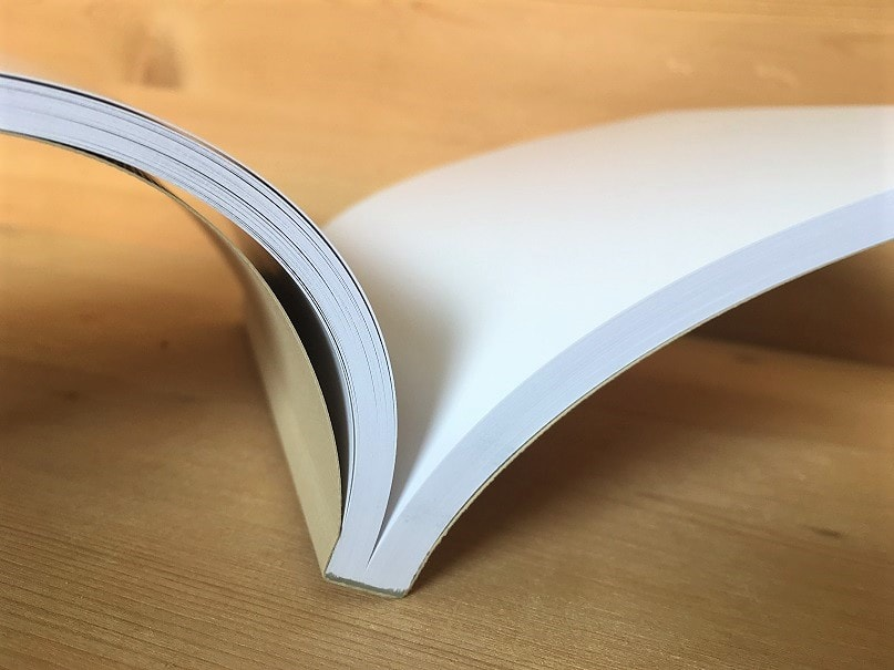 Garenloos PUR voor Softcover Boeken. Deze bindwijze heeft een matige vlakliggendheid.