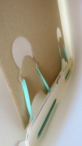 Zuilen of totems van karton met handig elastiek-systeem om ze in 2 seconden en in 1 beweging op te zetten. Met handig en uniek elastiek-systeem springt de zuil vanzelf open.