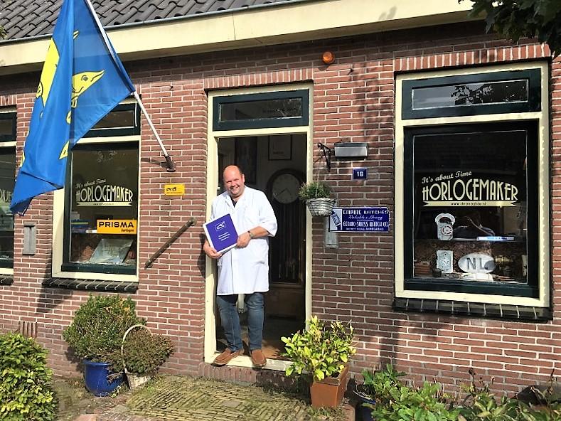 Een trotse Kalle voor zijn pand in Schermerhoorn met zijn eerste horlogemakerscursus