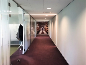 CONO Kaasmakers Airtex Behang. De gang geeft nu een unieke beleving dat je door kunt lopen in een fraaie omgeving.