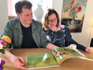 mijndrukker.nl Fotoboek Ep de Ruiter NATUURLIJK Ronald Boiten en zijn vrouw bekijken het eerste exemplaar. Ronald Boiten Boekprojecten