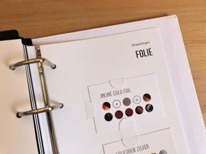 mijndrukker.nl Print Experience - verschillende folie soorten kunnen we moeiteloos toepassen op alle denkbare papiersoorten. Zowel folie digitaal gedrukt in kleine oplagen en bijvoorbeeld op zwart papier als in grote oplagen middels andere druktechnieken. Koudfolie of wel Cold Foil is er daar een van.