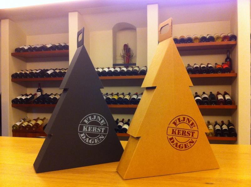 Bijzondere Kerst Wijn Geschenk Verpakking in Kerstboomvorm. Door het bijzonder te verpakken in deze bijzondere vorm wijndoos geef je gewaardeerde relaties een bijzonder relatiegeschenk.