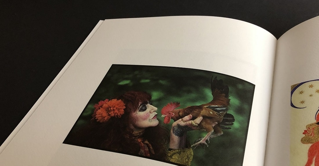 mijndrukker.nl - Vali Myers - Luxe Foto Box met Cahiers - Marco Bakker Fotografie - Vali met Rooster