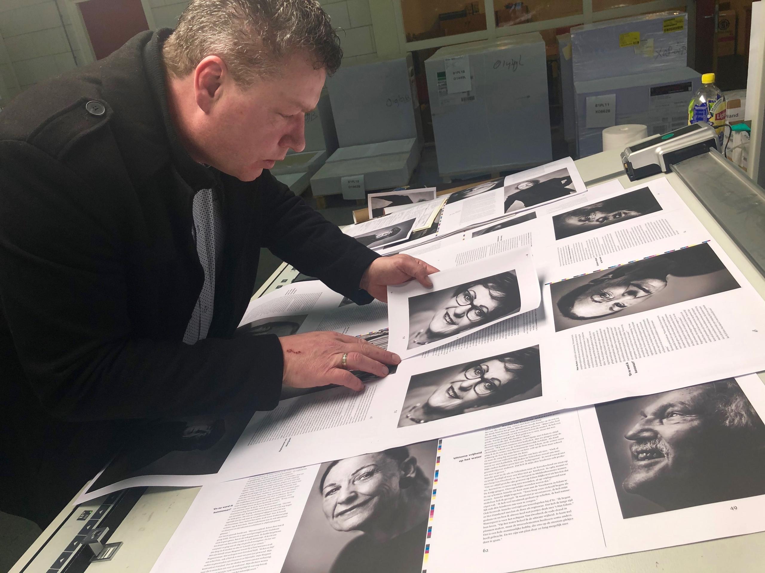 Gekartonneerd Boekje '75 Jaar Vrijheid Edammer Portretten' de eerste drukvellen worden nauwkeurig beoordeeld