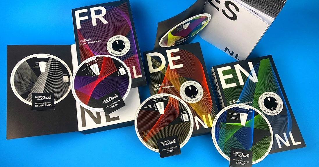 mijndrukker.nl - De draaischijven zijn per taal gedrukt in meerdere PMS-kleuren bijpassend bij de cover van het desbetreffende woordenboek.