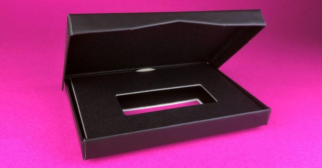 mijndrukker.nl - Cadeaubondoosjes Scharnierdoosjes Luxe Doosjes met Cadeaubonnen Gift Cards - mooi interieur en tafeltje van luxe zwart karton zodat de cadeaubon of gift card verhoogd komt te liggen